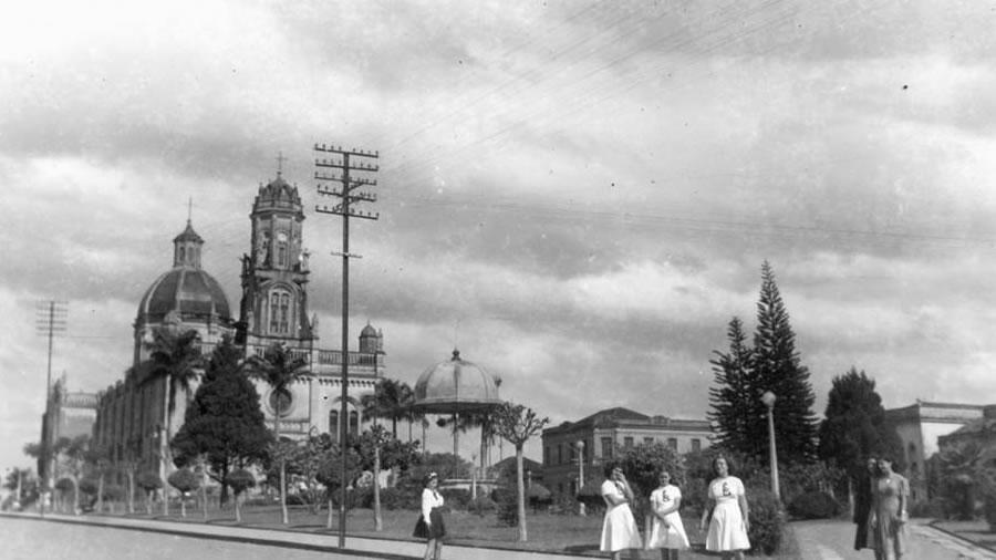 Praça da Independência e Igreja Matriz de Espírito Santo do Pinhal - Foto Antiga