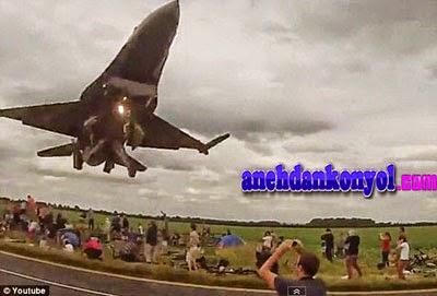 Aksi Jet Tempur Sambar Kepala Penonton