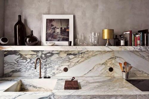 In der Küche sind Arbeitsplatte und Waschbecken aus Marmor