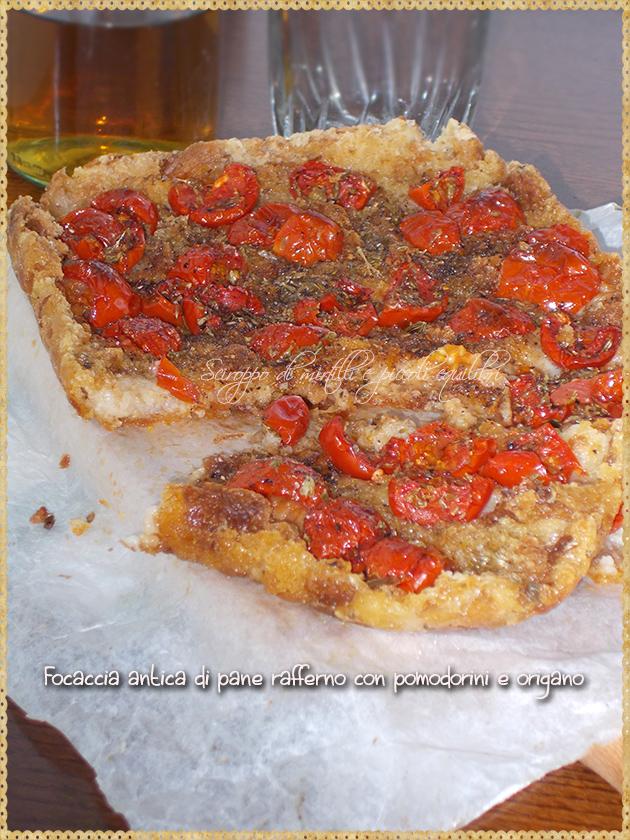 Focaccia antica di pane rafferno con pomodorini e origano