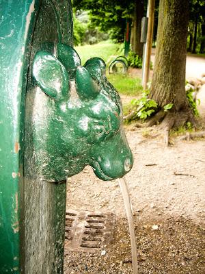 Immagine di una fontana tipica torinese, chiamata Toret