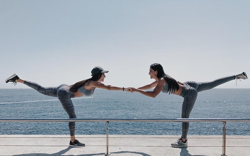 Alimentación saludable, dos mujeres realizando ejercicios | Rane Forti