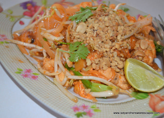 Pad Thai in Damnoen Saduak floating market