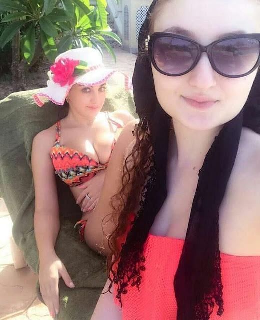 صافيناز بالمايوه برفقة شقيقتها على البحر