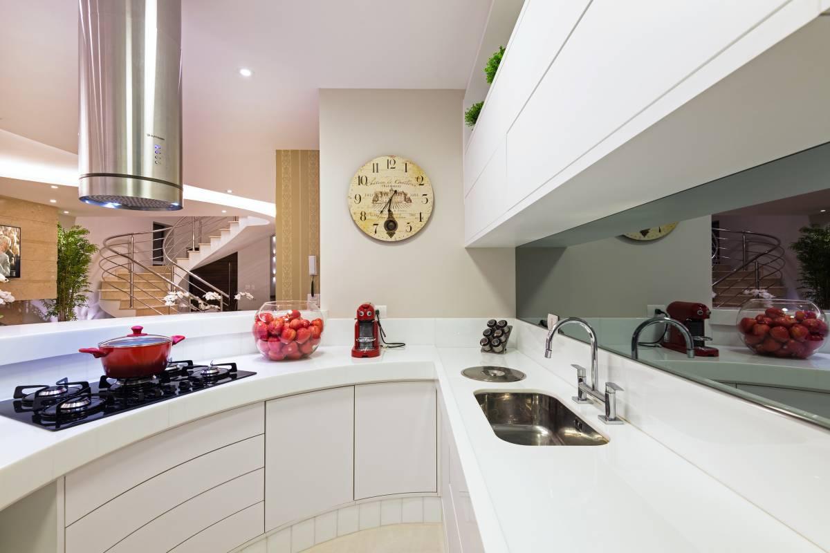 Cozinha americana branca com bancada redonda de corian  #723833 1200 800