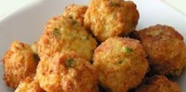 Receta de Bolitas  de pollo y queso, una sencilla receta para hacer unas deliciosas bolitas de pollo y queso. Si tienes una reunión familiar esta receta fácil es para ti.