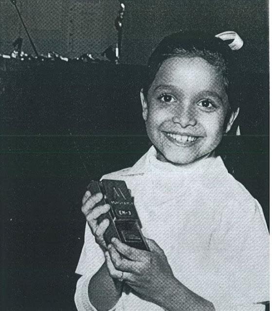 Niña encendiendo la Cruz del Avila. Cruz del Warairarepano. Niño de la Electricidad de Caracas encendiendo la Cruz del Avila