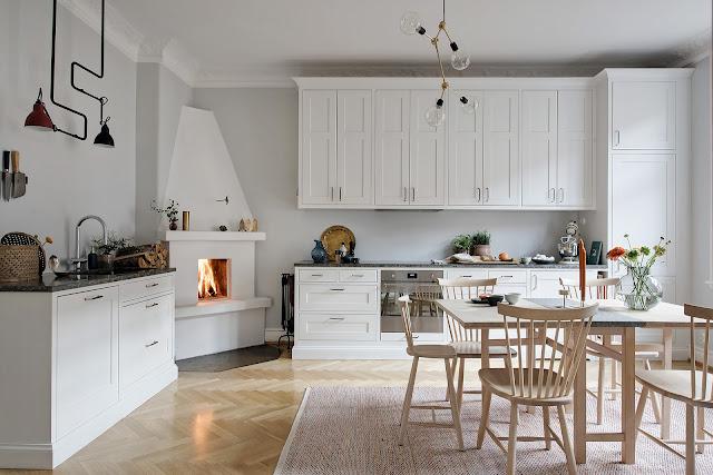 Șemineu în bucătărie într-un apartament de 4 camere din Suedia