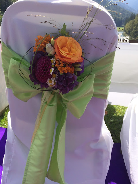 Stuhlsträußchen Herbst-Hochzeit in den Bergen, Lila, Orange, Riessersee Hotel Garmisch-Partenkirchen, Bayern, Autumn wedding in Bavaria, Lilac and Orange