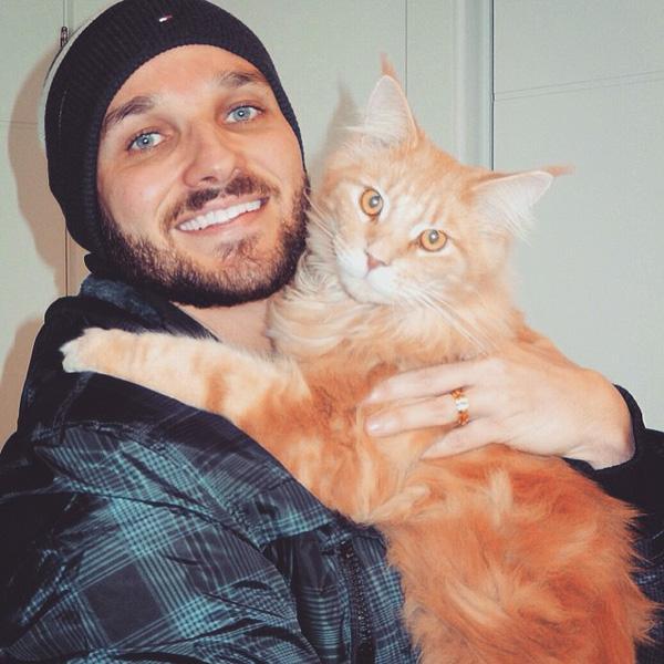 21 nàng mèo õng ẹo bên trai đẹp khiến chị em phát hờn lên vì ghen tị