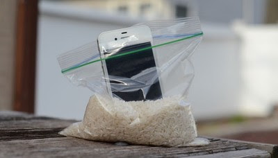 Tips dan Trik menyelamatkan Handphone Terendam Air