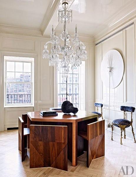 mesa y sillas de diseño contemporaneo en madera con lampara de araña chicanddeco