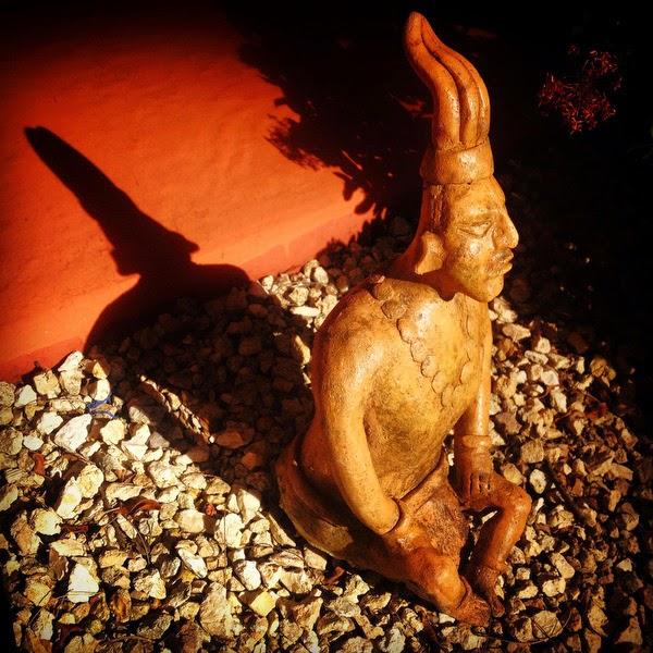 """Dormiremos en el Hotel Villas Arqueológicas, está en la entrada de Chichén y se puede ir andando a realizar la visita. Chichén significa """"pozo"""" o """"boca de agua"""" e Itzá o Itzaes significa """"brujos del agua"""". Fue en esta ciudad en el año 2009 donde tuve mi primer encuentro con el mágico y misterioso mundo de los mayas."""