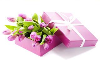 caja de regalo con flores en color lila para el Día del Amor y la Amistad