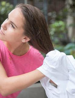 Sécher ses cheveux par une serviette