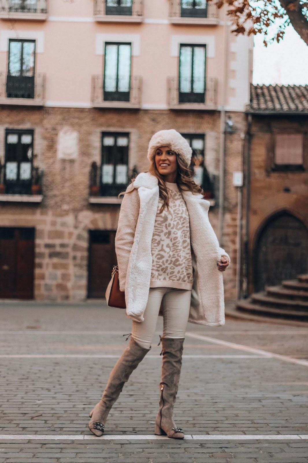 abrigo pelo rizado blanco
