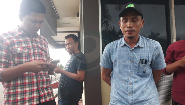 Abdul Jalil Kades Pandemam Kecamatan Arjasa Usai Diperiksa Peyidik Pidkor Polres Sumenep. (Foto Fjr/Portalindonesia.co)