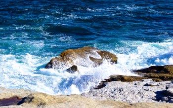 Wallpaper: Crashing waves at North Bondi