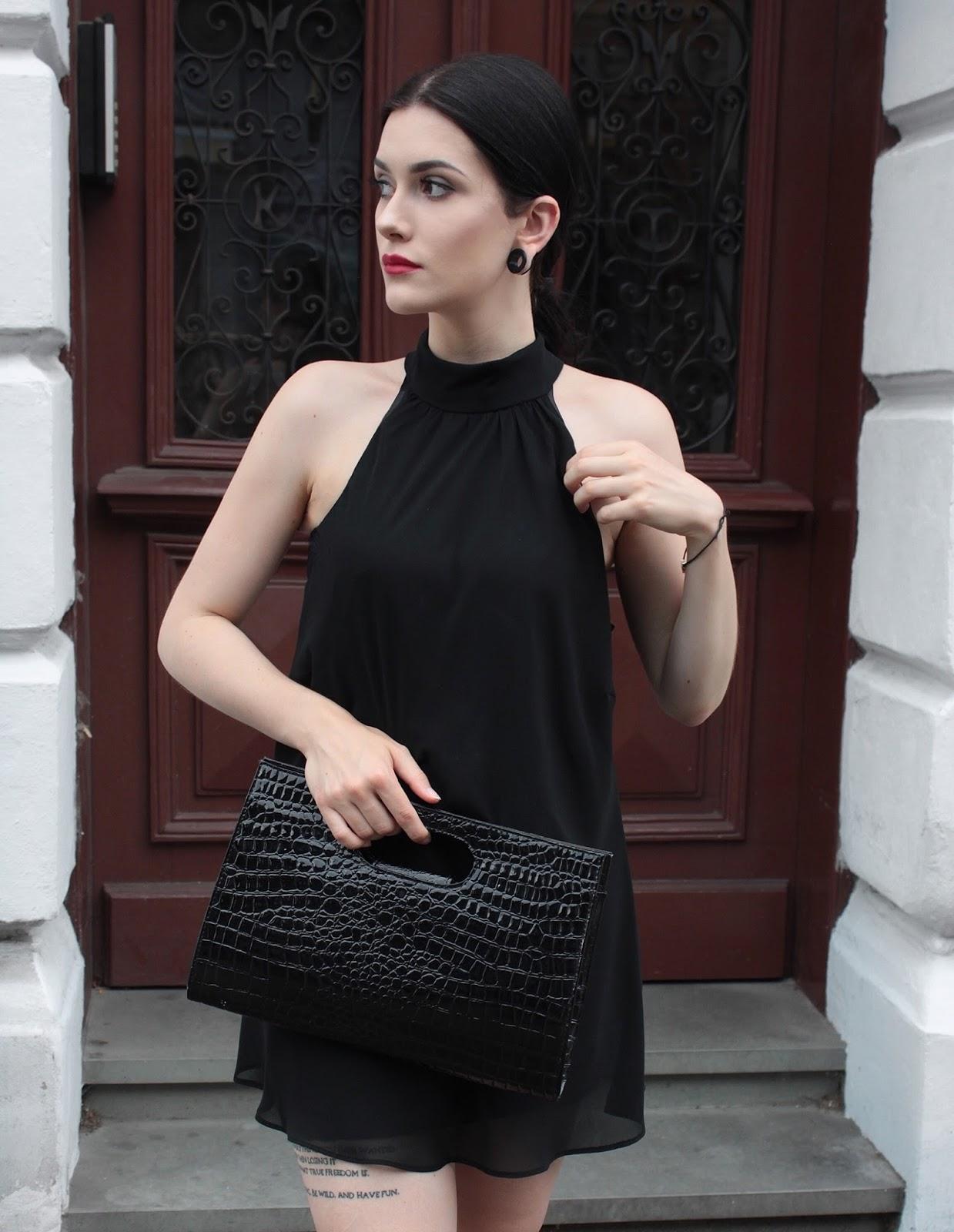 Elegancka stylizacja, czarna sukienka, czarna torebka
