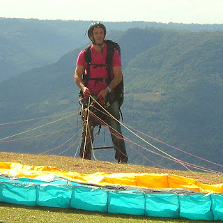 Preparando o Voo de Parapente, no Ninho das Águias, em Nova Petrópolis, RS