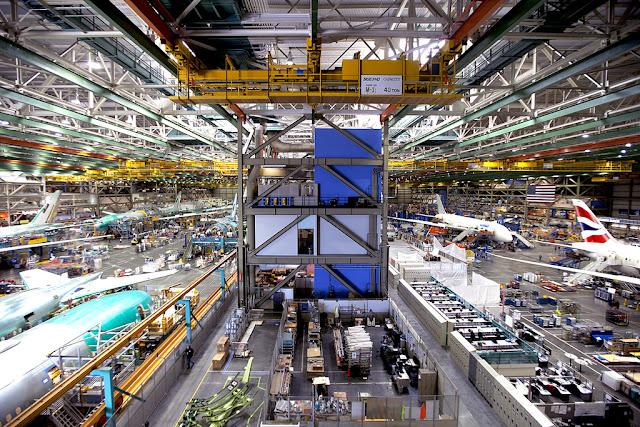 Perakitan pesawat di dalam pabrik boeing