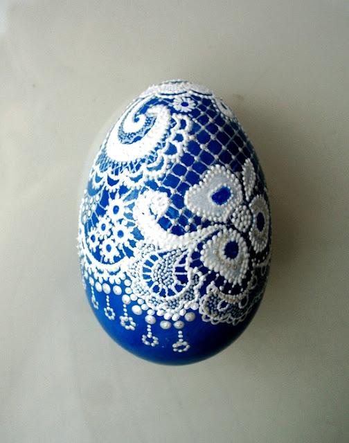 декоративные пасхальные яйца, из чего можно сделать пасхальное яйцо, пасхальные яйца своими руками пошагово, декоративные яйца с лентами, декоративные яйца с докупающем, декоративные яйца из бумаги, декоративные яйца из бисера, декоративные яйца в домашних условиях декоративные яйца идеи фото, пасхальные яйца картинки, пасхальные украшения своими руками пошагово, пасхальные сувениры, пасхальные подарки, своими руками, пасхальный декор, как сделать декор на пасху, пасхальный декор своими руками, красивый пасхальный декор в домашних условиях, Мастер-классы и идеи, Ажурное бумажное яйцо к Пасхе, Декоративные пасхальные яйца в виде фруктов и овощей,, «Драконьи» пасхальные яйца (МК) Идеи оформления пасхальных яиц и композиций, Имитация античного серебра на пасхальных яйцах, Мозаичные яйца, Пасхальный декупаж от польской мастерицы Asket, Пасхальные мини-композиции в яичной скорлупе,, Пасхальные яйца в декоративной бумаге, Пасхальные яйца в технике декупаж, Пасхальные яйца, оплетенные бисером, Пасхальные яйца, оплетенные нитками, Пасхальные яйца с ботаническим декупажем, Пасхальные яйца с марками, Пасхальные яйца с тесемками и ленточками, Пасхальные яйца с юмором, Скрапбукинговые пасхальные яйца, Точечная роспись декоративных пасхальных яиц, Украшение пасхальных яиц гофрированной бумагой, Яйцо пасхальное с ландышами из бисера и бусин, Декоративные пасхальные яйца: идеи оформления и мастер-классы,декор пасхальный, декор яиц, Пасха, подарки пасхальные, рукоделие пасхальное, яйца, яйца пасхальные, яйца пасхальные декоративные, роспись, роспись точечная, оформление красками, оформление росписью, Такие прекрасные декоративные яйца вы можете изготовить самостоятельно, даже если не имеете способностей к рисованию. Основная задача — перенести на яйцо-заготовку контур понравившегося рисунка. Это можно сделать с помощью шаблонов и простого карандаша. Но для начала вам нужно загрунтовать яйцо и покрасить его в желаемый цвет. После высыхания заготовки нанесите контуры рисунка, а затем