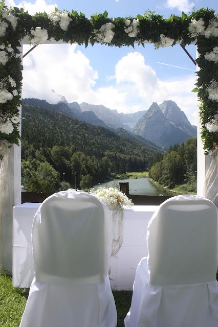 Rosenbogen - Gold und Weiß, goldene Sommerhochzeit im Riessersee Hotel Garmisch-Partenkirchen, gold white wedding in Garmisch, Bavaria, lake-side, summer wedding