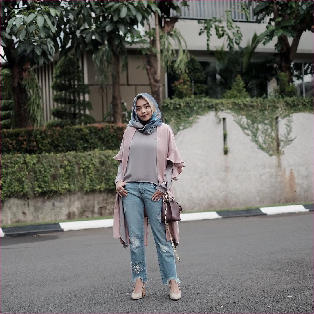 Outfit Untuk Remaja Berhijab Yang Mempunyai Tubuh Pendek Tapi Mau Kelihatan Tinggi outer pink pastel top blouse abu sedang celana jeans denim hijab square biru slingbags coklat tua wedges high heels krem muda outfit ootd 2018 trendy selebgram