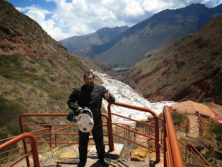 Pedro fazendo pose para foto nas Salineras de Maras / Peru.