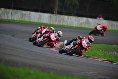Para pembalap AHRT berjuang di IRS Seri 5 Race 1