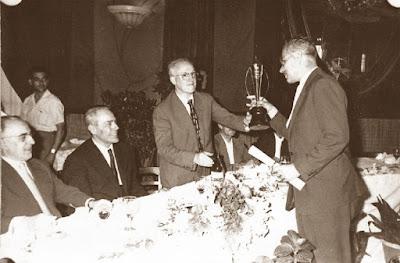 Jaume Ballbé recibiendo un trofeo de Antonio F. Argüelles
