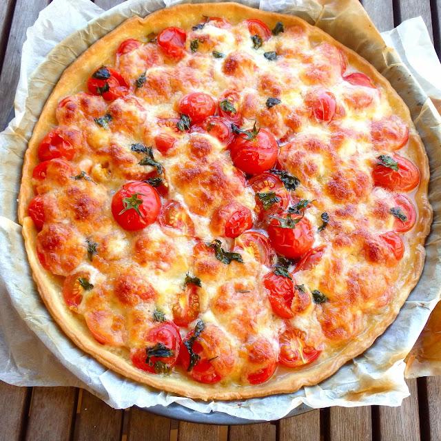 Pastel de tomates, mozzarella y albahaca