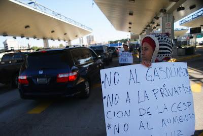 Decenas de personas se manifestaron este sábado en la aduana fronteriza de la Garita de San Ysidro, en la ciudad de Tijuana. Foto: Efe.