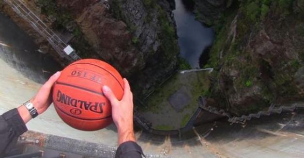 Όταν έριξαν μια μπάλα του μπάσκετ από αυτό το φράγμα, δεν περίμεναν με τίποτα ότι θα συμβεί ΑΥΤΟ