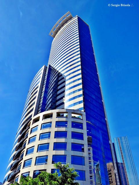 Perspectiva inferior da fachada e lateral do Edifício e-Tower - Vila Olímpia - São Paulo
