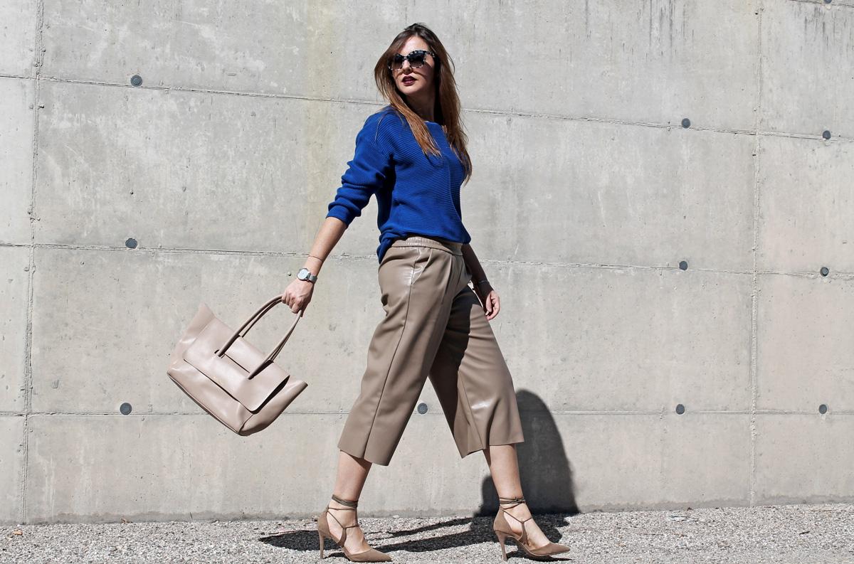 maglione blu elettrico outfit