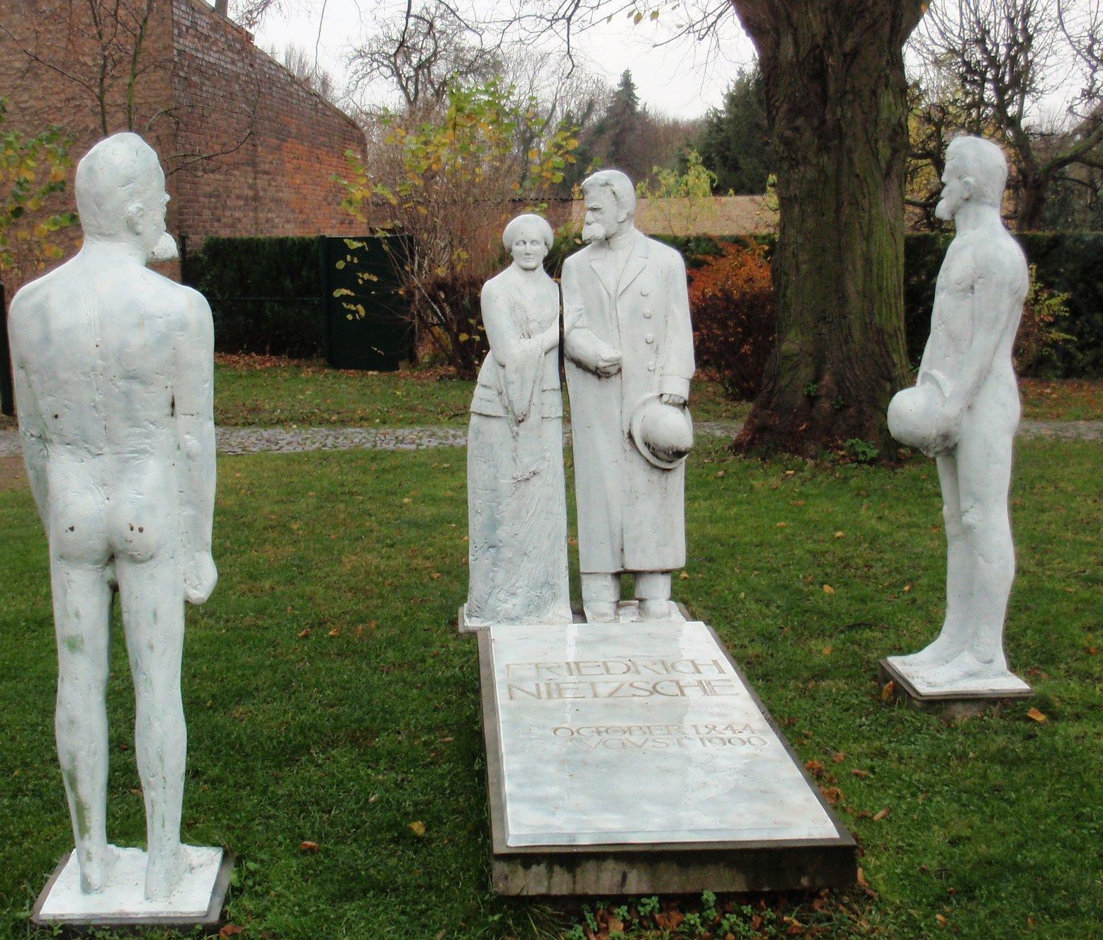 Gruppo di sculture attorno alla tomba di Nietzsche, a Röcken