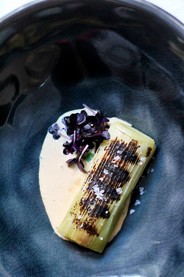Geflämmter Lauch sous vide gegart, Miso-Mayonnaise, Sango-Blättchen| Arthurs Tochter kocht von Astrid Paul. Der Blog für Food, Wine, Travel & Love