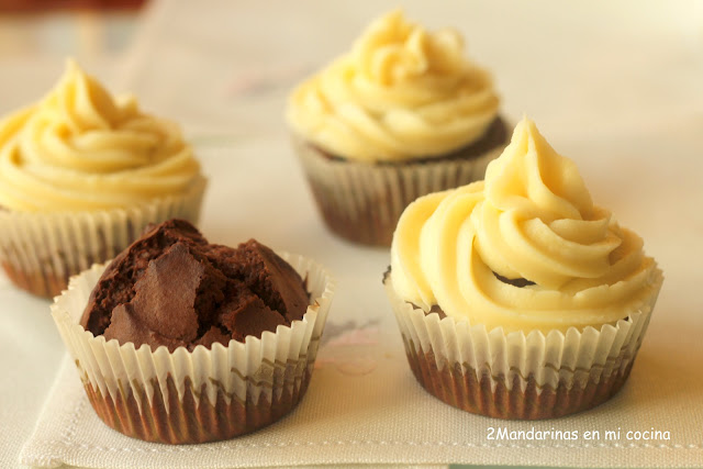 Muffins de chocolate con cobertura de queso y chocolate blanco