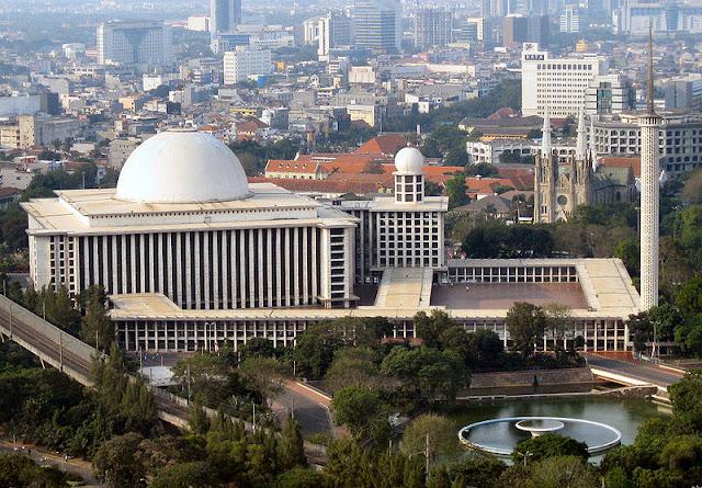 https://upload.wikimedia.org/wikipedia/commons/thumb/a/a6/Istiqlal_Mosque_Monas.jpg/800px-Istiqlal_Mosque_Monas.jpg