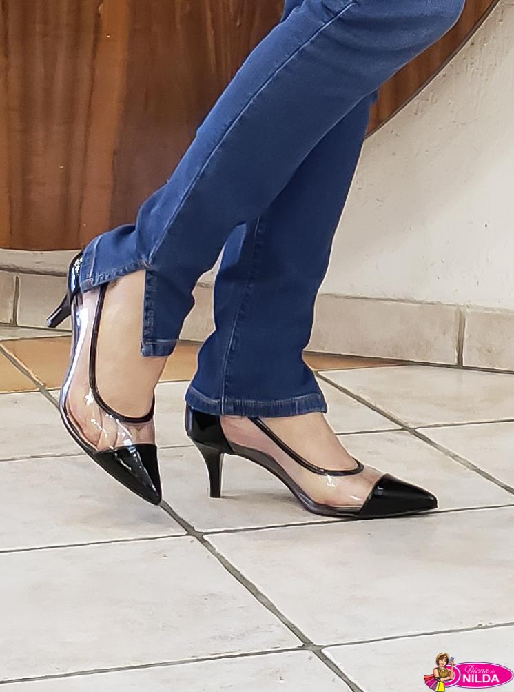 1fe2b5e5e Esse sapato em verniz e vinil tem um salto baixo (7 cm)