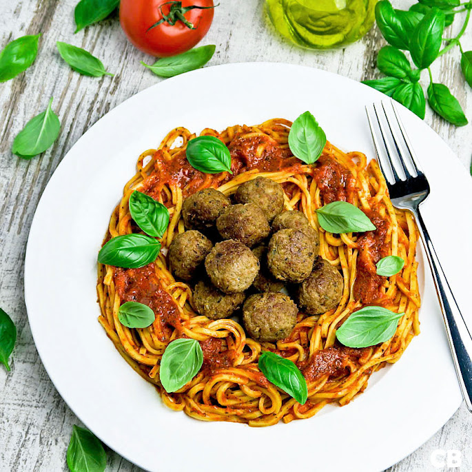 Recept Pasta met tomaat-paprikasaus en kalfsgehaktballetjes met zongedroogde tomaat