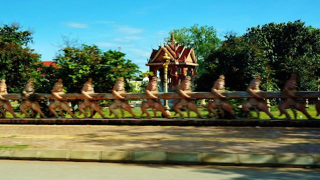 Изображение скульптурных фигурок вдоль дороги