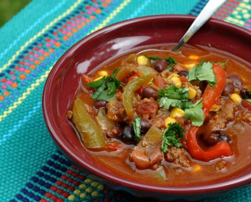 Easy Turkey Chili ♥ KitchenParade.com, extra-easy with frozen vegetables and canned beans. Very Weight Watchers Friendly!
