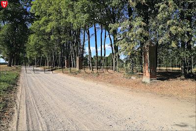 Грушевка. Дорога вдоль деревни. Остатки стены ограждения усадьбы Рейтанов