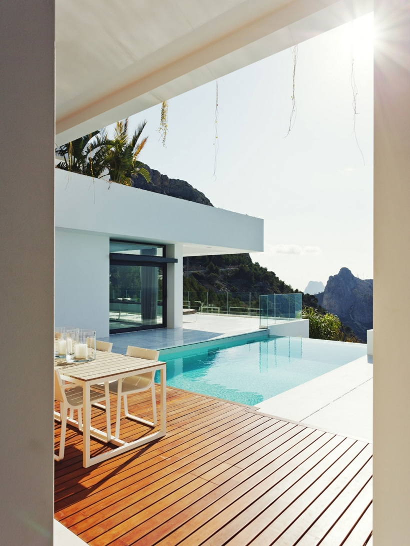 Outdoor living space of Modern Mansion Built On The Cliffs