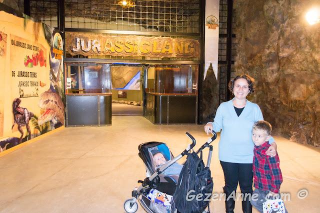 oğlum ve bebeğimle Jurassic Land girişinde, Forum İstanbul AVM