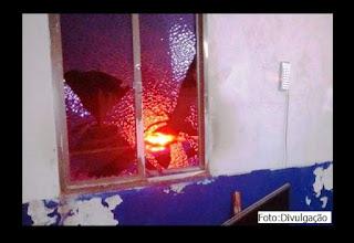 Homem quebra vidros de janela de DPO em SFI.