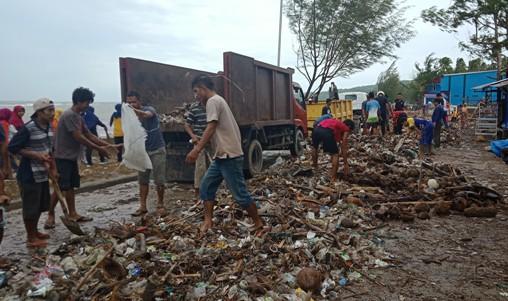 Bupati Kep. Selayar, Turun Bersihkan Ratusan Ton Sampah Di Pantai Barat Benteng