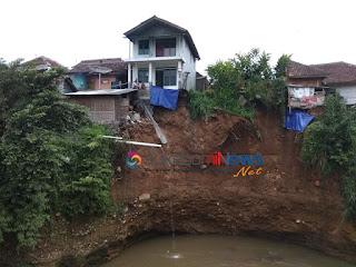 Dua rumah berlantai dua milik Ajat (51) dan Ahmad (60) yang berdiri tepat di atas tebing Sungai Cipelang Gede setinggi kira-kira 15 meter dan lebar sekira 20 meter yang beralamat di Kp. Warungkalapa RT. 001/001 Kelurahan Lembursitu Kecamatan Lembursitu Kota Sukabumi, Jawa Barat itu hampir jatuh tergerus tanah longsor yang terjadi pada Selasa (30/4/19), sekitar pukul 03.00 WIB pagi hari.